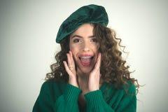 Modeblick och skönhetbegrepp Parisisk flicka i hatt Retro flicka med stilfull makeup och hår i paris flicka med lockigt Arkivbild