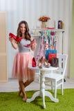 Modebloggeren jämför pumpskor arkivfoton