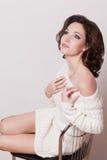 Modebrunettkvinna med den bruna flickan för lockigt hår med perfekt hud och makeup. Retro skönhetmodell Royaltyfri Fotografi