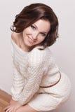 Modebrunettkvinna med den bruna flickan för lockigt hår med perfekt hud och makeup. Retro skönhetmodell Royaltyfri Bild