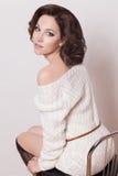 Modebrunettkvinna med den bruna flickan för lockigt hår med perfekt hud och makeup. Retro skönhetmodell royaltyfria bilder