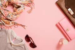 Modedam Accessories Set Falt lägger stilfull handväska brushes smink reflekterande solrossolglasögon Smycken och spikar polermede arkivbilder