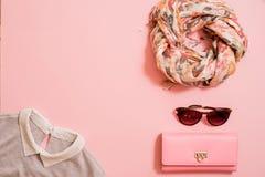 Modedam Accessories Set Falt lägger stilfull handväska brushes smink reflekterande solrossolglasögon Smycken och spikar polermede royaltyfri foto