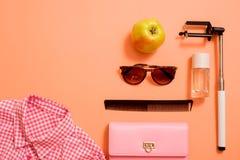 Modedam Accessories Set Falt lägger stilfull handväska brushes smink reflekterande solrossolglasögon Smycken och spikar polermede arkivfoton