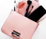 Modedam Accessories Set Lekmanna- lägenhet stilfull handväska Smink arkivfoto