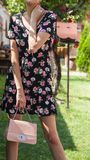 Modedam i klänning och innehav för blomma för vårlandskap bärande royaltyfri foto