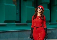 Modedam In Red Dress stadsstående Arkivfoto