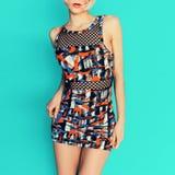 Modedame im modischen Sommerkleid mit hellem Druck Stockbild