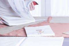 Modedesign im Sketchbook lizenzfreie stockfotos