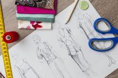 Modedesignen skissar Arkivfoton