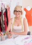 Modedesigner bei der Arbeit. Stockfotos