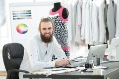 Modedesigner benutzt eine Grafiktablette, um Skizzen von Kleidung zu schaffen stockbild