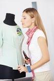 Modedesigner, der mit Kleidformular arbeitet Lizenzfreie Stockfotos
