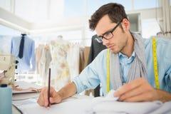 Modedesigner, der an seinen Designen arbeitet Lizenzfreie Stockfotos