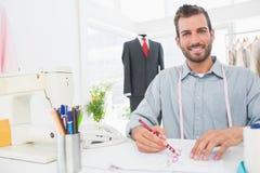 Modedesigner, der an seinen Designen im Studio arbeitet Lizenzfreie Stockfotografie