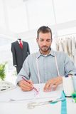 Modedesigner, der an seinen Designen im Studio arbeitet Stockbild