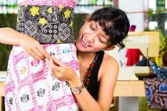Modedesigner, der zu Hause arbeitet lizenzfreies stockbild