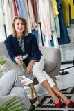 Modedesigner, die Champagner trinken lizenzfreies stockfoto