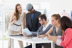Modedesigner, die Designe besprechen Lizenzfreie Stockfotografie