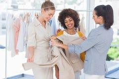 Modedesigner, die einen Blazer betrachten lizenzfreies stockbild