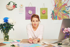 Modedesigner im modernen Studio stockfotos