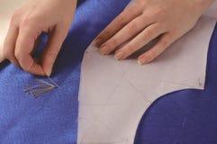 Modedesigner lässt ein Muster ankleiden lizenzfreies stockfoto