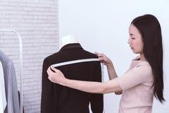 Modedesigner misst Schulter mit messendem Band lizenzfreies stockbild