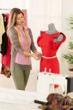 Modedesigner mit Mannequin Lizenzfreie Stockfotografie