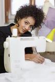 Modedesigner mit Nähmaschine stockbild
