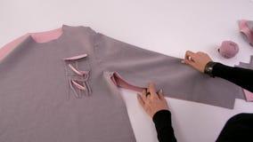 Modedesigner oder Schneider, die mit Gewebe am Studio arbeiten Arbeitsplatz der N?herin Lernen zu n?hen stock video