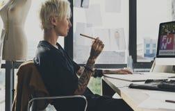 Modedesigner-Sketch Drawing Costume-Konzept Lizenzfreie Stockfotografie