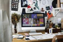 Modedesigner-Sketch Drawing Costume-Konzept Lizenzfreie Stockfotos