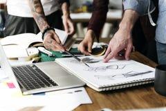 Modedesigner-Sketch Drawing Costume-Konzept Stockfotografie