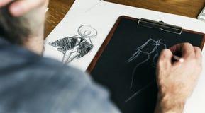 Modedesigner-Sketch Drawing Costume-Konzept Lizenzfreies Stockfoto