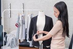 Modedesignerhandmessende Jacke mit messendem Band stockfotos