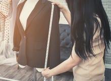 Modedesignerhandmessende Jackenlänge stockbilder