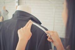 Modedesignerhandmessende Schulter mit messendem Band lizenzfreie stockfotografie