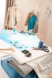 Modedesignerstudio mit Mannequin stockbild