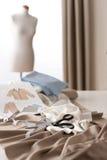 Modedesignerstudio mit Mannequin lizenzfreie stockfotos