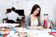 Modedesignerzeichnung mit Machthaber-OM-Papier Lizenzfreie Stockbilder