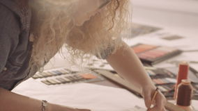 Modedesignerzeichnung und -farbe Weibliche Skizzen des abgehobenen Betrages für Kleidung im Atelier stock video