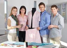 Modedesignlag i en studio Arkivbilder