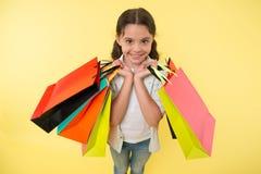 Modeexpert Hjälp för gullig shopping för barn bär sakkunnig packar under shopping Shoppa lite experten Flicka Shopaholic Arkivbild