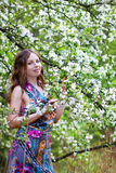 Modeflicka i en vårträdgård Royaltyfria Bilder