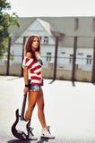 Modeflicka med gitarren Royaltyfria Bilder