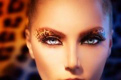 Modeflicka med leopardmakeup Royaltyfri Fotografi