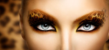 Modeflicka med leopardmakeup royaltyfria foton