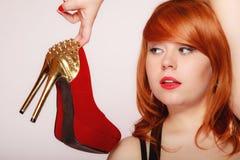 Modeflicka med röda stilettskor för hög häl Arkivfoto