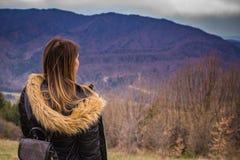 Modeflicka på berget royaltyfri fotografi