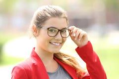 Modeflicka som poserar med glasögon Fotografering för Bildbyråer